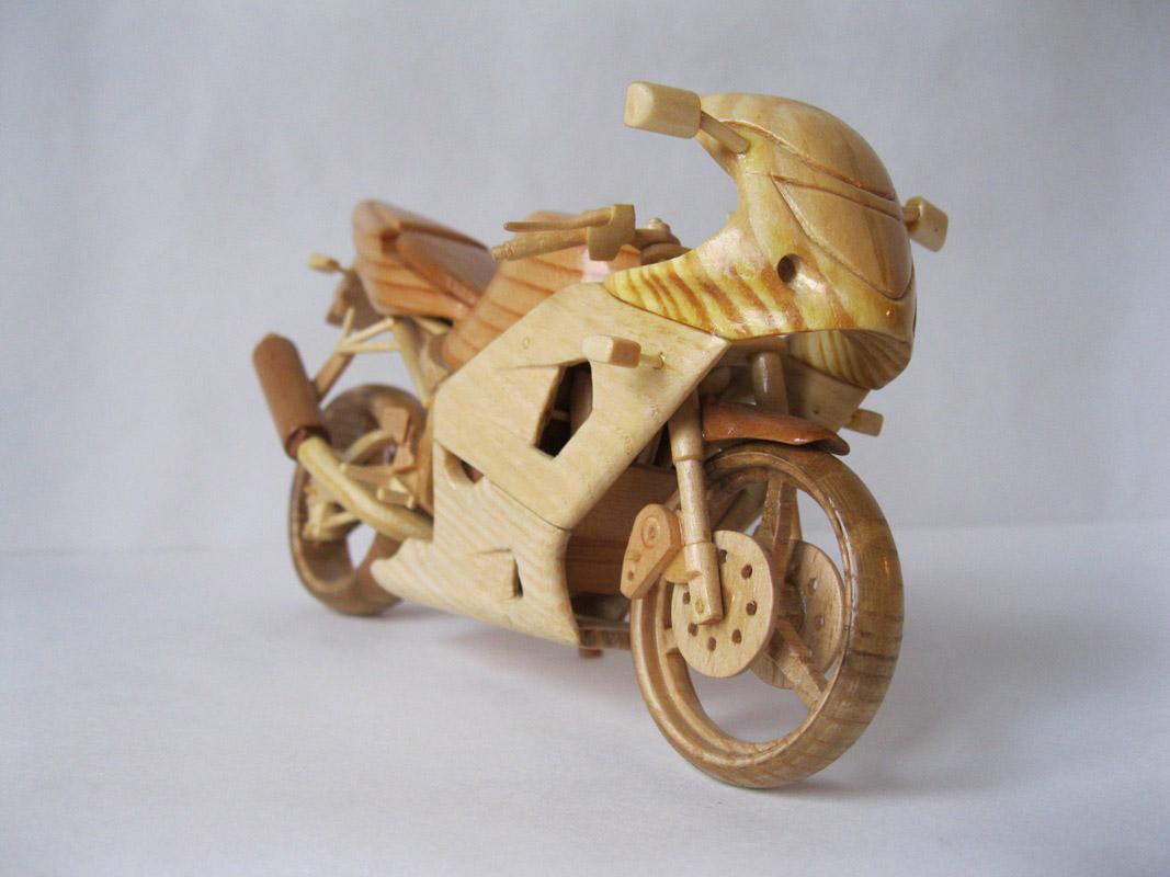 Un-ucrainean-creeaza-motociclete-din-lemn-in-miniatura-zuf