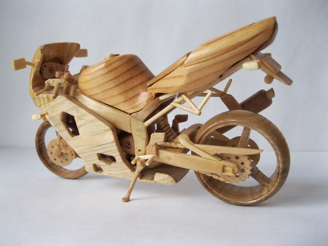 Un-ucrainean-creeaza-motociclete-din-lemn-in-miniatura_003