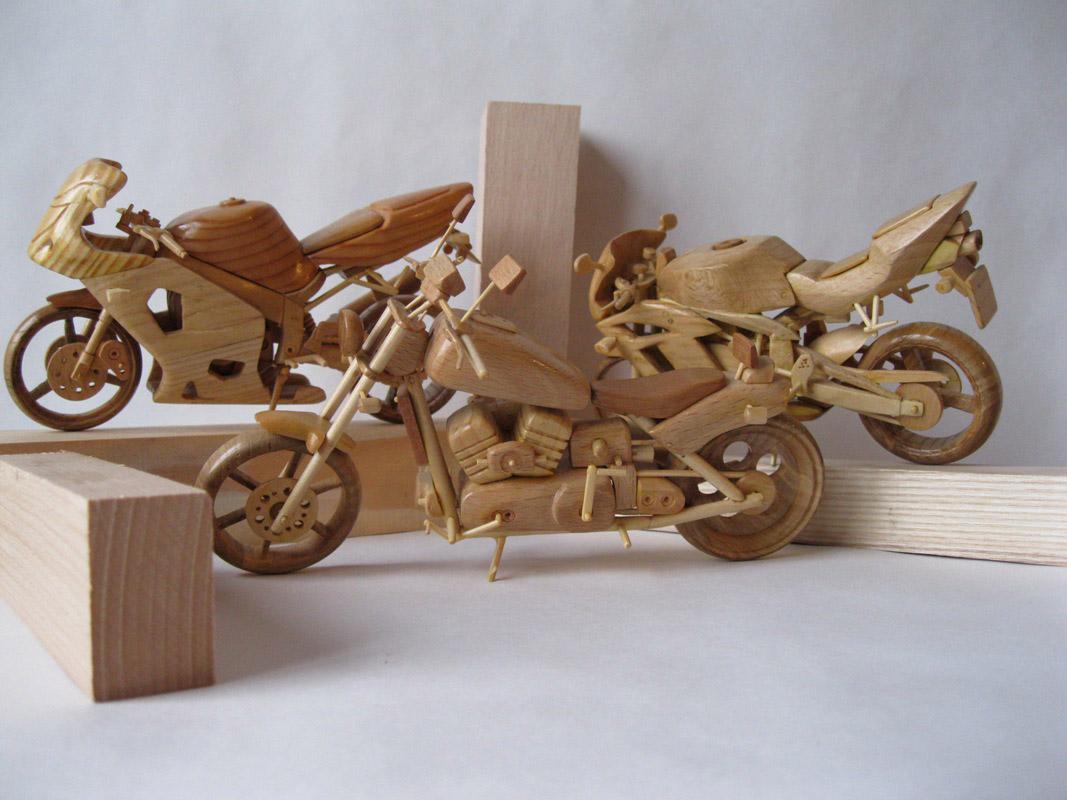 Un-ucrainean-creeaza-motociclete-din-lemn-in-miniatura_004