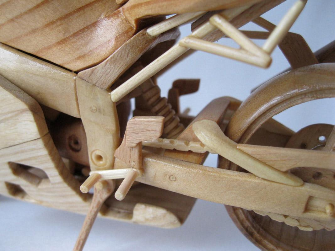 Un-ucrainean-creeaza-motociclete-din-lemn-in-miniatura_005
