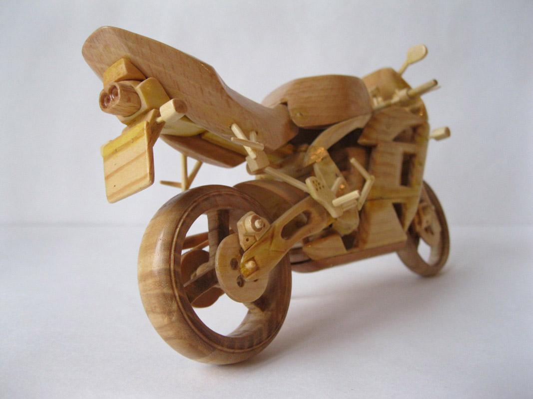 Un-ucrainean-creeaza-motociclete-din-lemn-in-miniatura_006