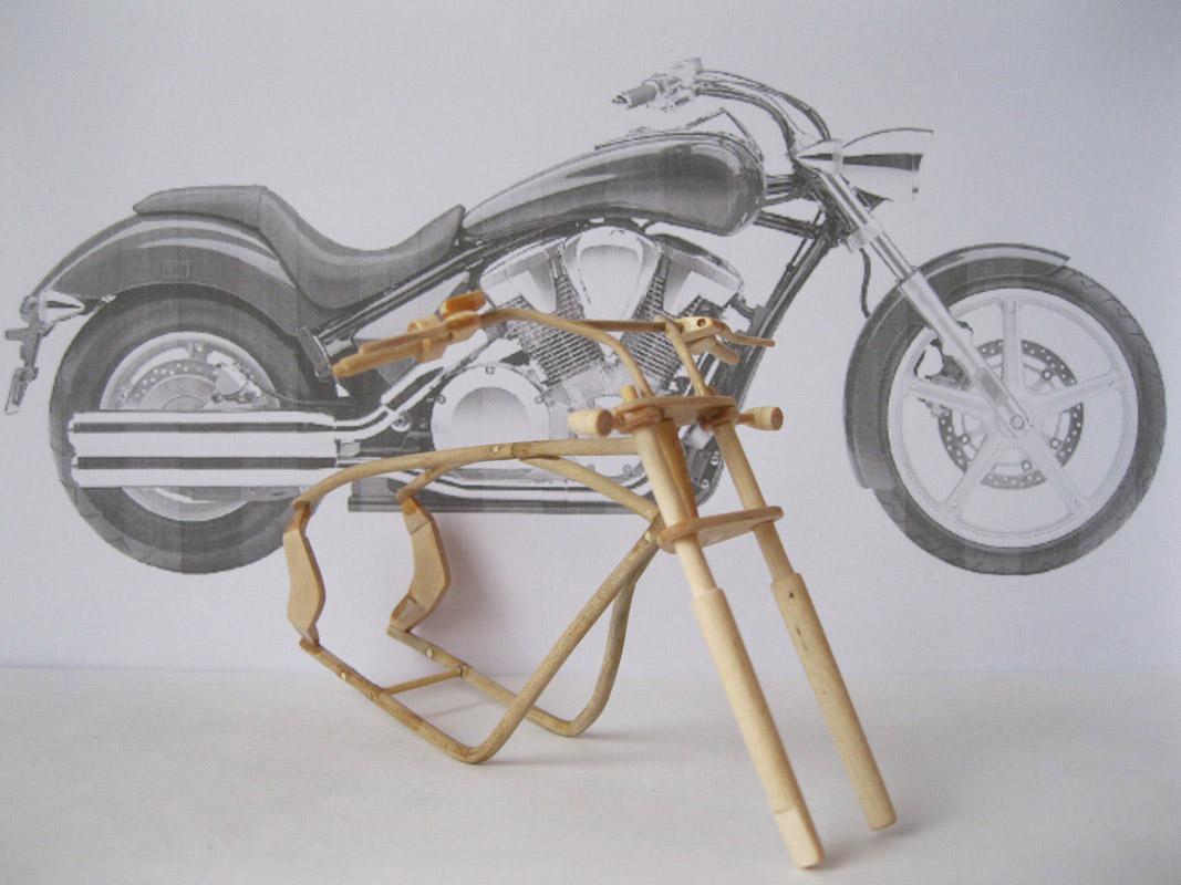 Un-ucrainean-creeaza-motociclete-din-lemn-in-miniatura_009