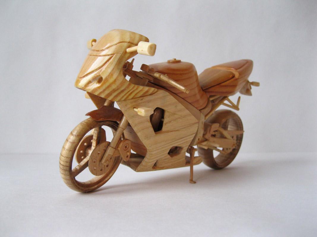Un-ucrainean-creeaza-motociclete-din-lemn-in-miniatura_011