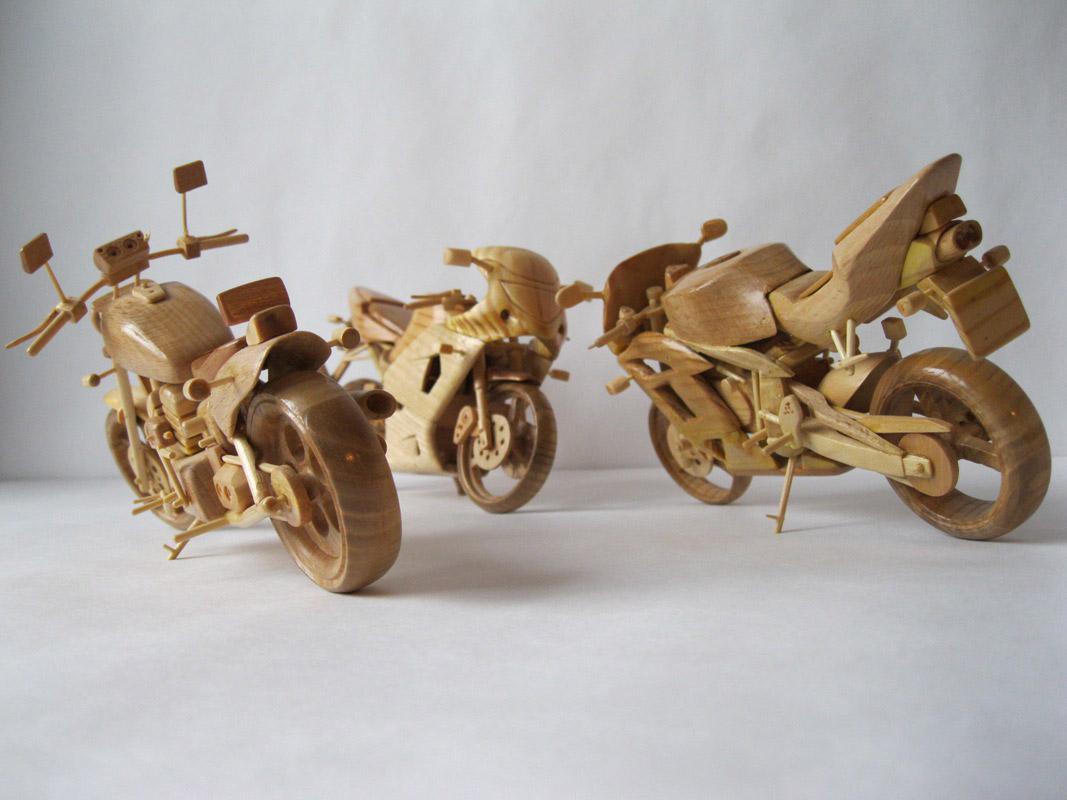 Un-ucrainean-creeaza-motociclete-din-lemn-in-miniatura_013