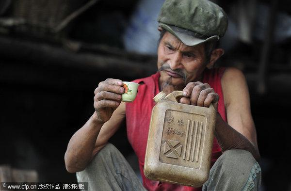Un-chinez-bea-benzina-pentru-a-si-mentine-sanatatea-1