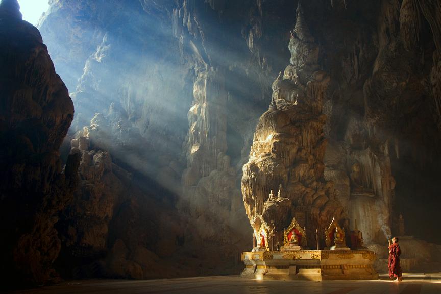 25-Calugar-intr-un-templu-budist-zuf.ro_